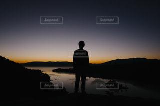 日没の前に立っている男の写真・画像素材[1845319]