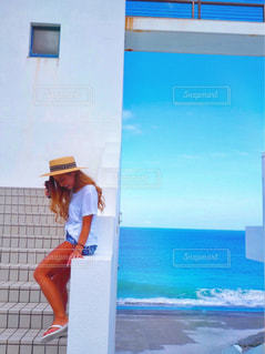 ビーチに立っている人の写真・画像素材[1380900]