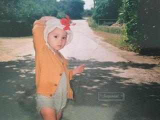 未舗装の道路を歩く少女の写真・画像素材[1378674]