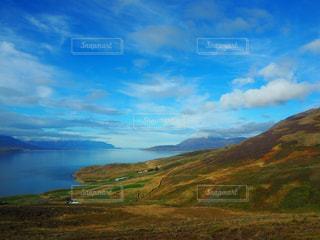 アイスランドの近くに緑豊かな緑の丘陵のアップの写真・画像素材[1378533]