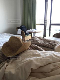 ベッドの上のぬいぐるみの写真・画像素材[1379105]