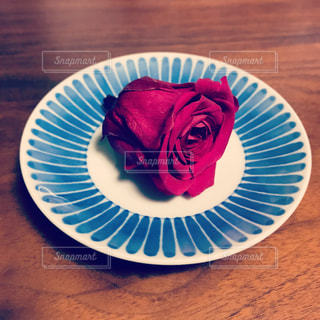 和小皿の上の薔薇の写真・画像素材[1385740]