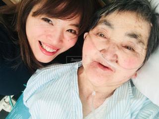 入院中のおばあちゃんとお見舞いに来た孫のツーショットの写真・画像素材[1383048]