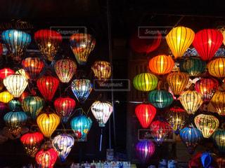 ホイアンの夜を彩る多色な灯りの写真・画像素材[1380143]