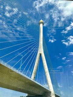 澄んだ青い空と大きな橋の写真・画像素材[1456168]