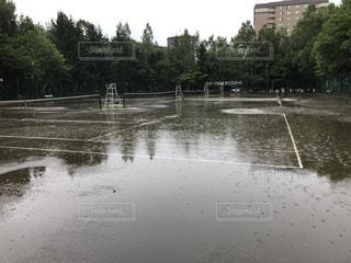 雨の日のテニスコートの写真・画像素材[1409010]