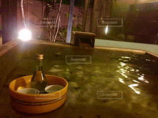 温泉で日本酒の写真・画像素材[1379977]