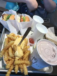 テーブルの上に食べ物のトレイの写真・画像素材[1380763]