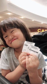 映画のチケットを持つ少女。の写真・画像素材[1460512]