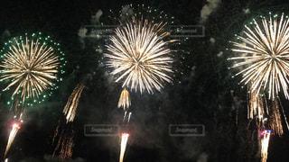 空に花火のグループの写真・画像素材[1380921]