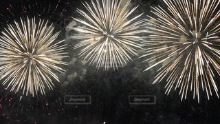空に花火のグループの写真・画像素材[1380922]