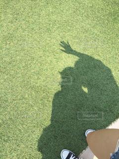 芝生で影写真の写真・画像素材[1386581]