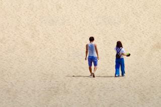 ビーチの上を歩く人々 のグループの写真・画像素材[1436461]