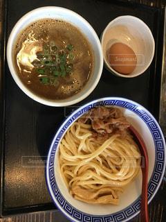 テーブルの上に座ってスープのボウルの写真・画像素材[1673538]