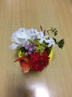テーブルの上に花瓶の花の花束の写真・画像素材[1386030]