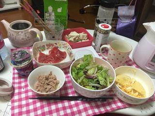 テーブルの上に食べ物のボウルの写真・画像素材[1382520]