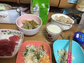 テーブルの上に食べ物のボウルの写真・画像素材[1382532]