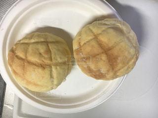 テーブルの上に食べ物 メロンパンの写真・画像素材[1382539]