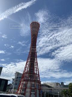 神戸ポートタワーを背景にした空の背景を持つ大きな高い塔の写真・画像素材[2680423]