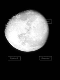 天体望遠鏡からのぞくお月様の写真・画像素材[1383402]