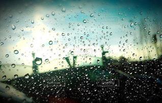 雨の窓の写真・画像素材[1385070]