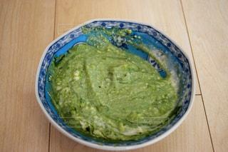 板の上に食べ物のボウルの写真・画像素材[1650787]