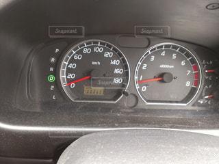 車の上に座っている時計の写真・画像素材[1755565]