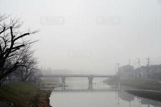 水の体の上を橋を渡る列車の写真・画像素材[1801580]