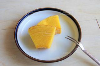 フォークで黄色プレートの写真・画像素材[1858216]