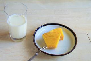 テーブルの上のコーヒー カップの写真・画像素材[1858218]