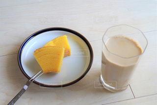 テーブルの上のコーヒー カップの写真・画像素材[1858219]