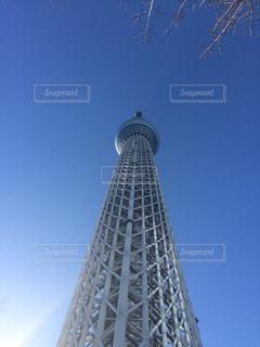 バック グラウンドで東京スカイツリーの空背景を持つ大規模な背の高い塔の写真・画像素材[1385498]