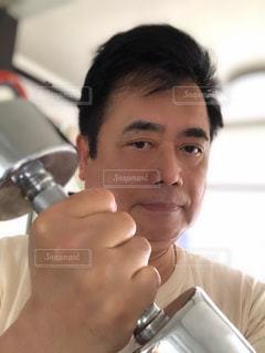 ダンベルを持つ男の写真・画像素材[2278887]