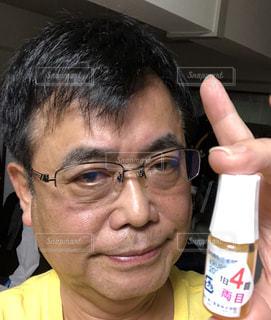 眼鏡をかけてカメラに向かって微笑む男の写真・画像素材[2732650]