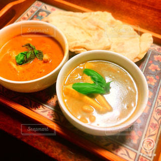 テーブルにあるスープのボウルの写真・画像素材[1395157]