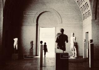 美術館に佇む女性の写真・画像素材[1390247]