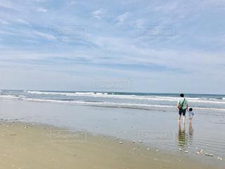 浜辺を歩く親子の写真・画像素材[2116584]