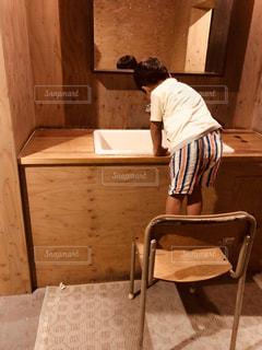 懐かしい椅子で手洗いの写真・画像素材[1403953]