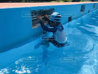 水のプールで泳ぐ男の写真・画像素材[1415814]