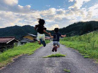 ジャンプしようぜ!の写真・画像素材[1415830]