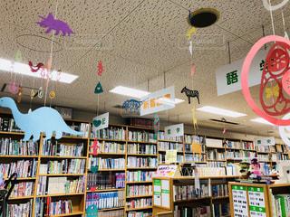 図書館の天井から吊り下げられている、カラフルな様々な模様の飾りです。の写真・画像素材[1424335]