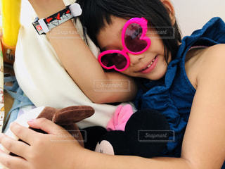 ぬいぐるみと、おうちごっこをしている少女の写真・画像素材[1426290]