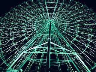 遊園地のライトアップされた観覧車です。の写真・画像素材[1426813]