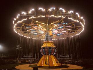 遊園地のライトアップされた遊具のブランコです。の写真・画像素材[1427033]