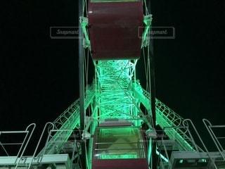 遊園地のライトアップされた観覧車を下から撮ったものです。の写真・画像素材[1427040]