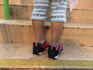 遊園地の階段に立っている子どもです。の写真・画像素材[1427060]