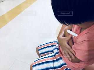病院の待合室で体温測定の写真・画像素材[1440742]