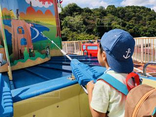 日本モンキーパークの遊園地の遊具で遊ぶ少年の写真・画像素材[1445826]