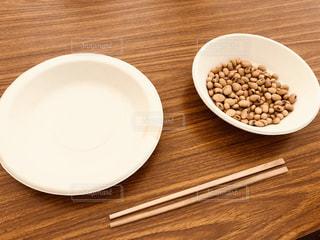 木製テーブルの上に座って食品のプレートの写真・画像素材[1445828]