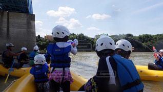 ボートの後ろに乗っている人のグループの写真・画像素材[1450852]